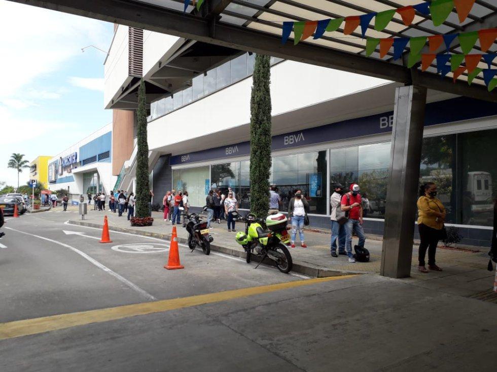 En el Calima, Centro Comercial también acompañamiento de la policía