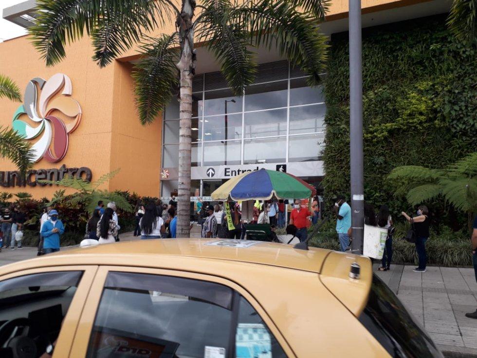 Filas para poder ingresar a los centros comerciales, ciudadanos con tapabocas