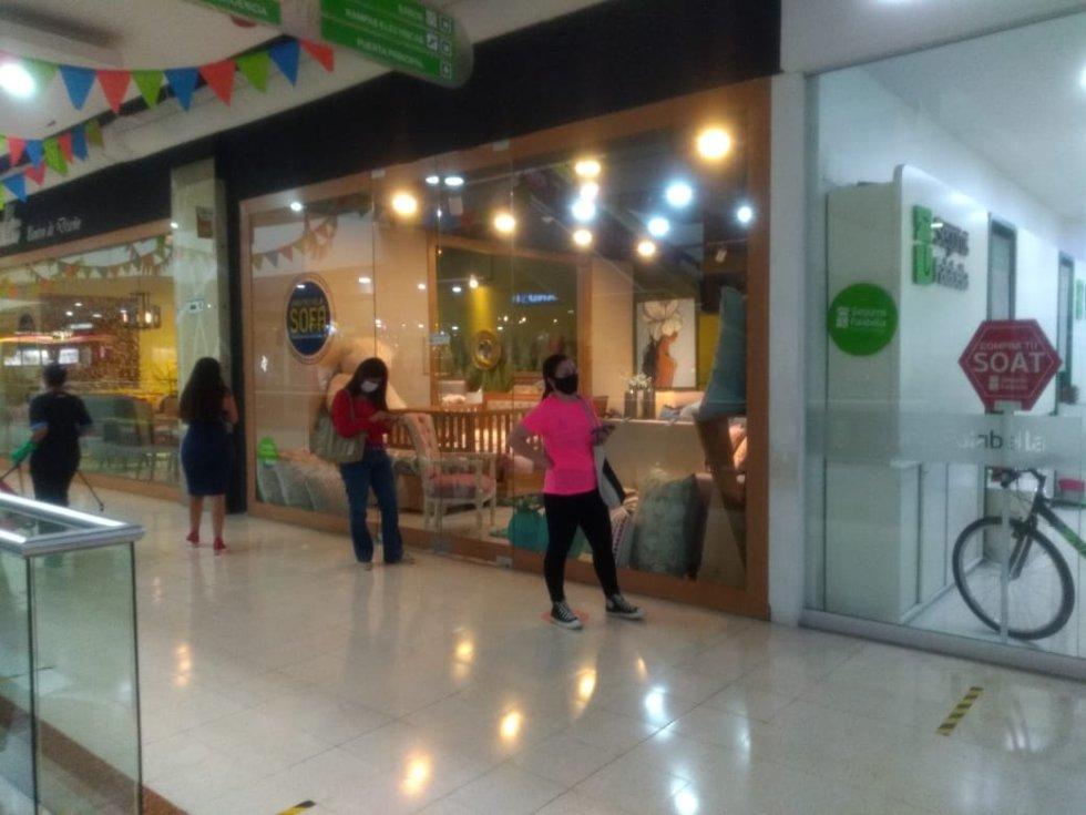 Dentro de los centros comerciales se respeta la distancia social