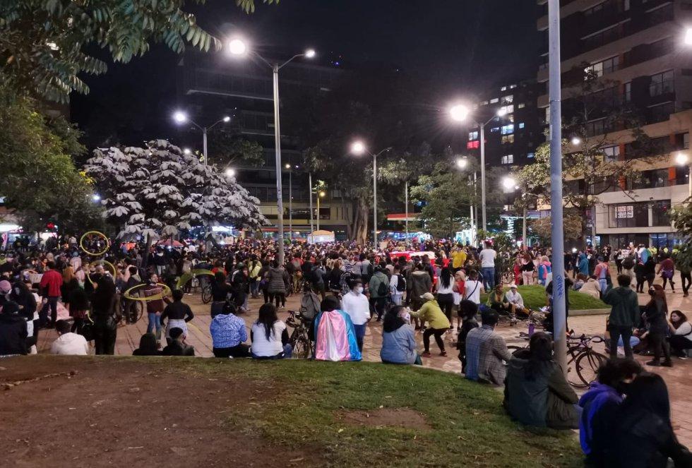 Aproximadamente. 1.000 personas recorrieron hasta las 8 de noche el corredor de la carrera Séptima hasta llegar al parque de los Hippies.