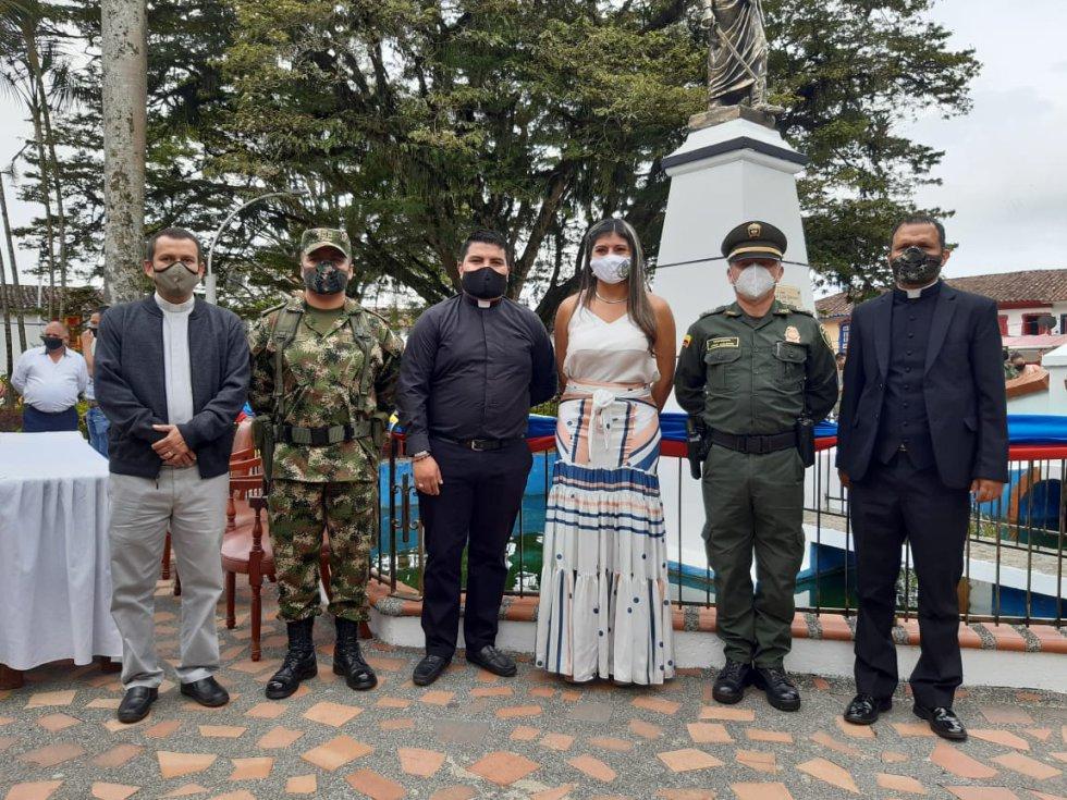 Alcaldesa de Circasia en compañía de autoridades de policía y ejército