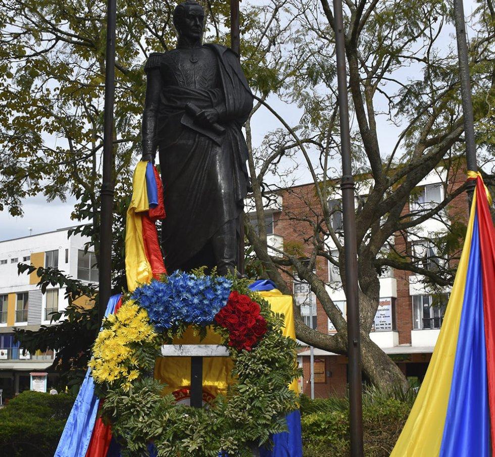 Ofrenda floral al monumento a Simón Bolivar en Quimbaya