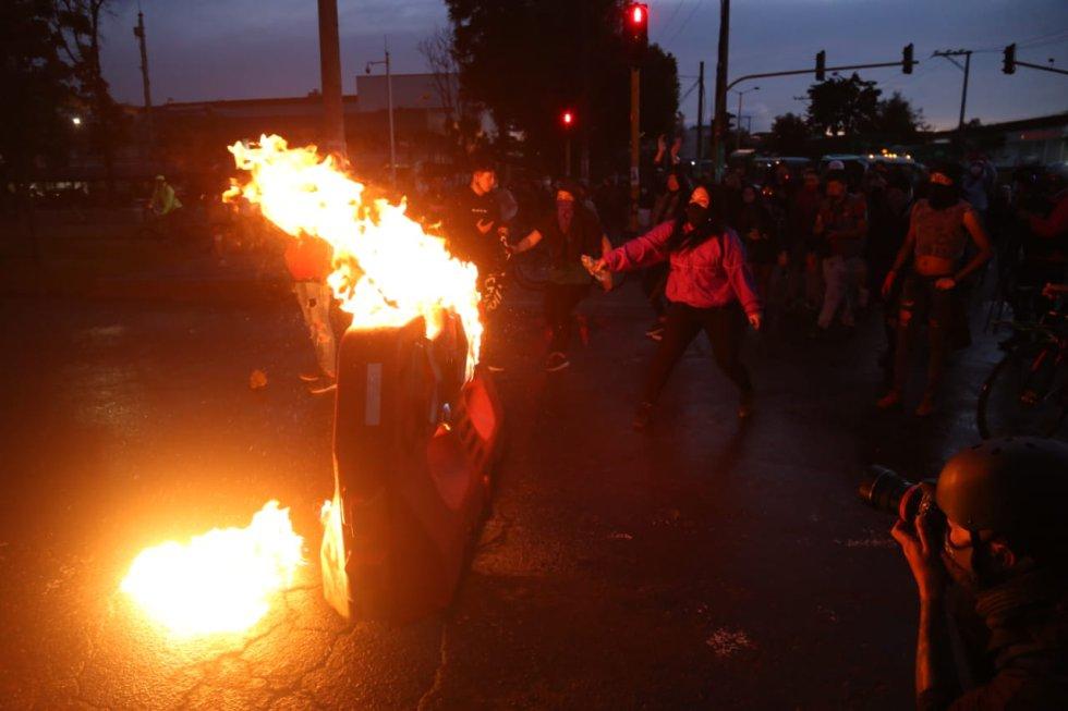 En varios puntos de la capital, manifestantes se enfrentaron con la fuerza pública.