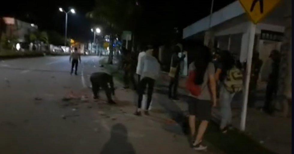 Algunos de los manifestantes que no provocaron desmanes ayudaron con la policía a recoger las piedras
