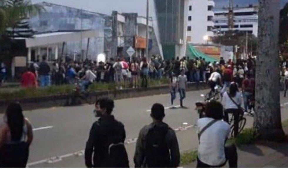 Por varias horas los manifestantes bloquearon los dos carrilles de avenida Bolívar al norte de Armenia