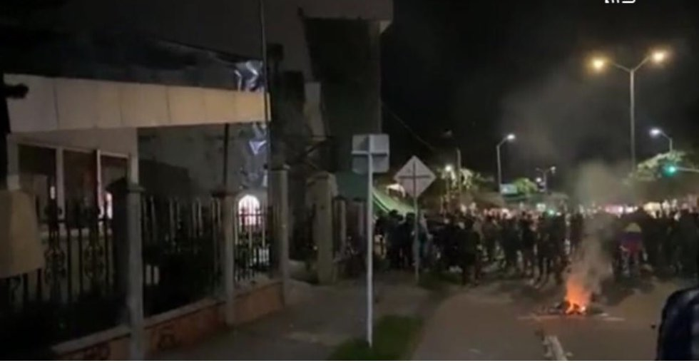 Manifestaron iniciaron una especie de quema o fogata al frente de la sede del CAI Fundadores