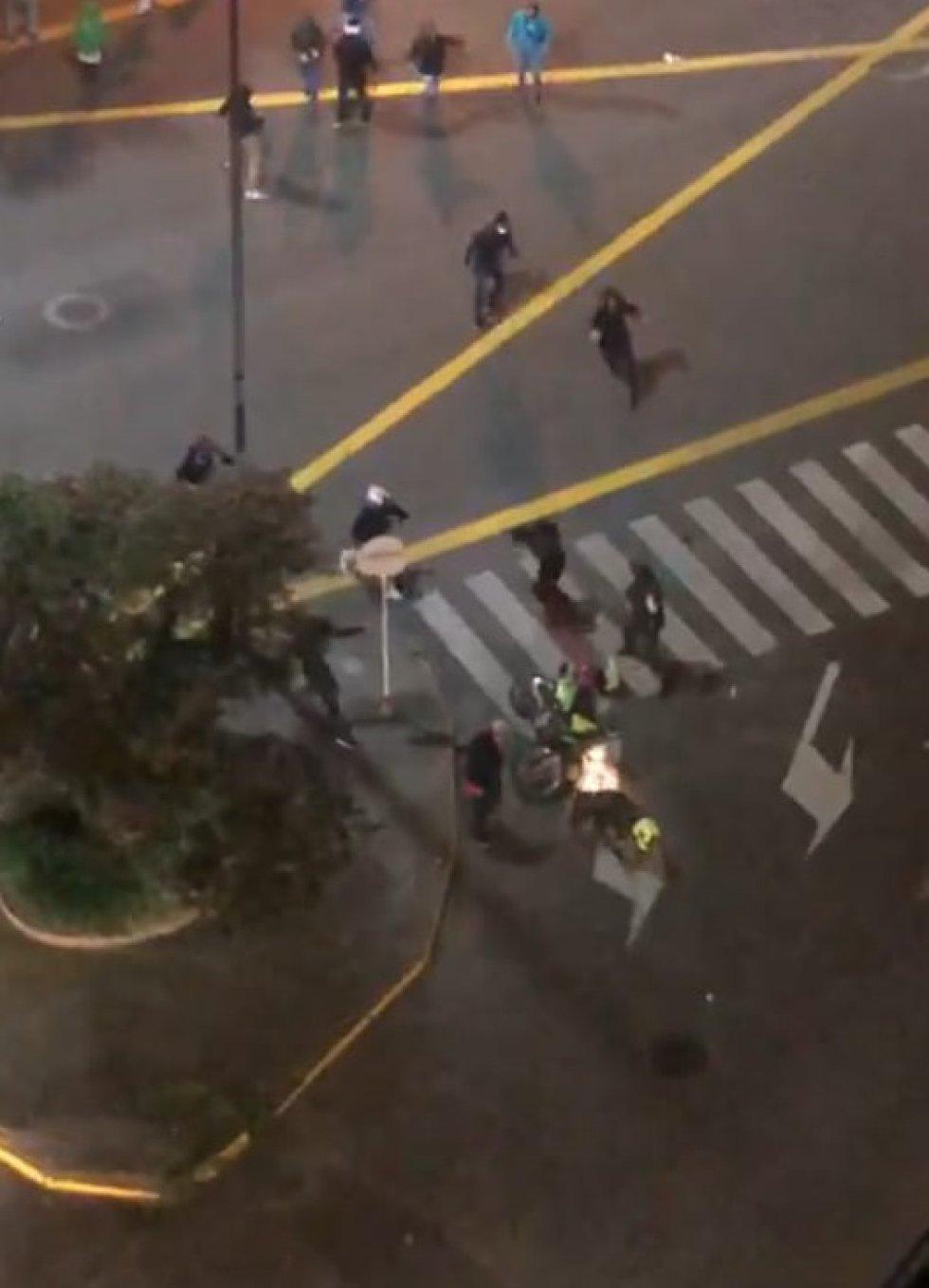 Manifestantes golpearon y tumbaron a un policía que se movilizaba por el cruce del Parque Fundadores al norte de Armenia