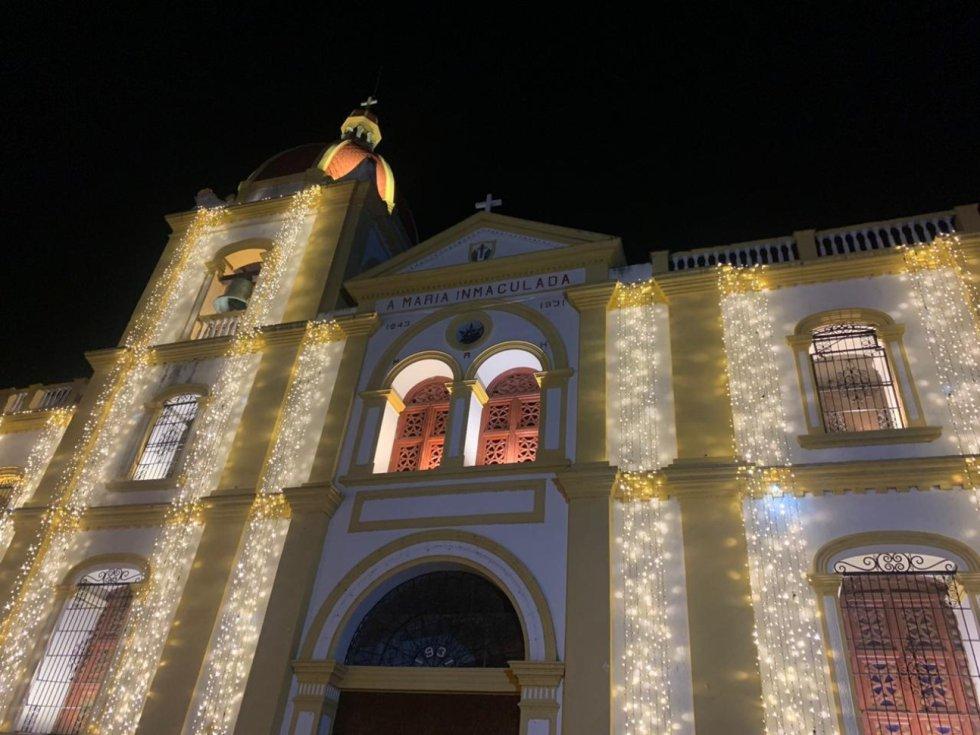 """Santa Cruz de Mompox es un municipio del departamento de Bolivar principalmente conocido por ser monumento internacional y dueño de un atractivo epicentro turístico. """"La Tierra de Dios"""", como también se le conoce, tiene 7 iglesias llenas de historia, que hoy la empresa AGM Desarrollos y la Alcaldia han vestido de luz y magia para recibir la Navidad y Año Nuevo."""
