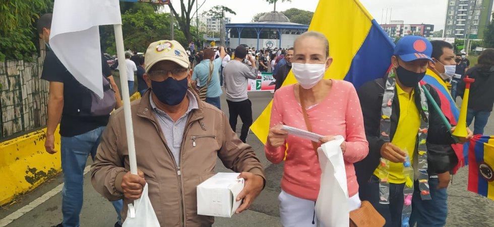 Durante la marcha entregaron tapabocas a los asistentes