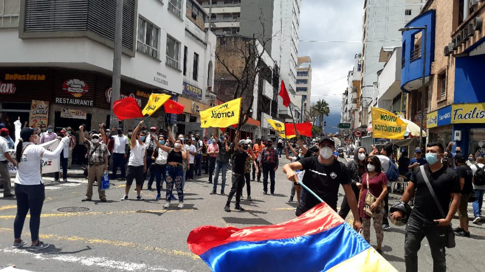 Los jóvenes con banderas en el día de los trabajadores