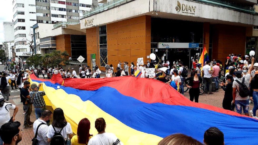 Gigantesca bandera de Colombia recorrió las calles de Armenia