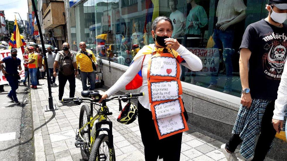 En bicicleta , está mujer y su protesta en Armenia