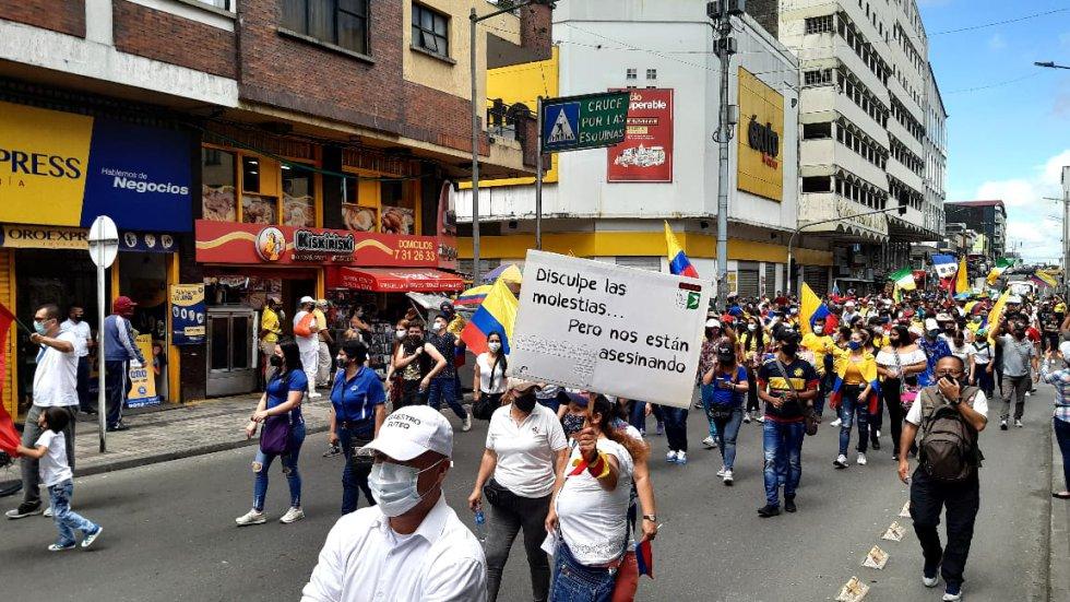 Los maestros con carteles en mano protestaron