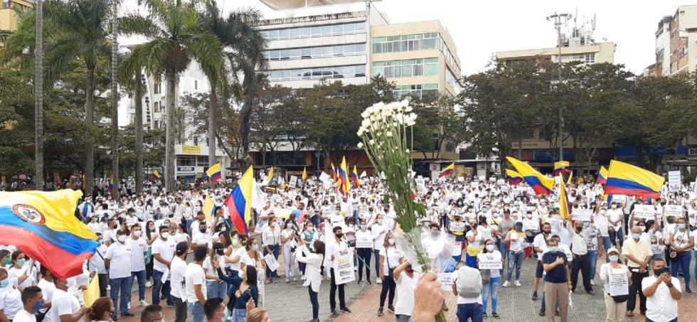 La plaza de Bolívar fue el epicentro de llegada de la marcha por el trabajo, la reativación económica y contra los bloqueos