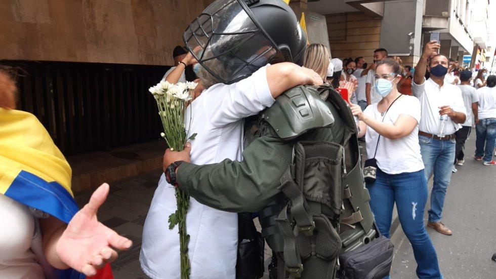 Varios de los marchantes entregaron flores y abrazos a los miembros de la Policía