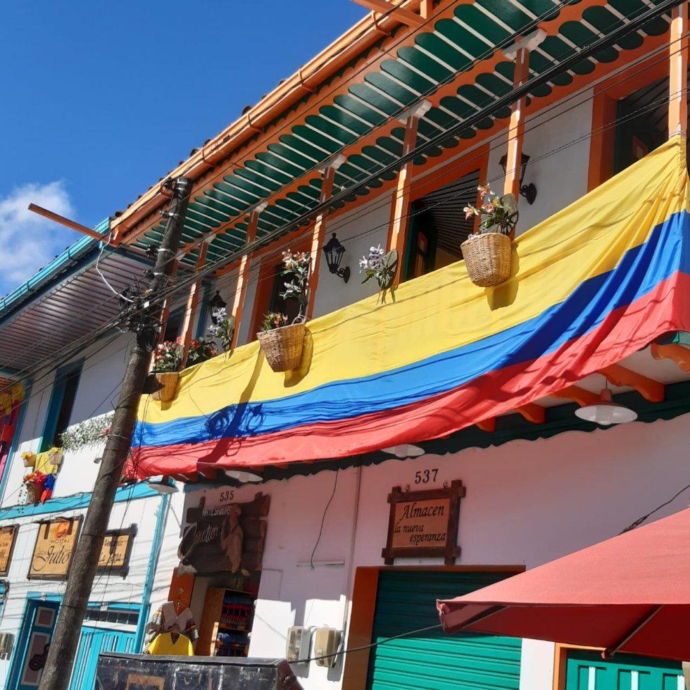 El tricolor nacional engalanando los balcones de las casas típicas en Filandia