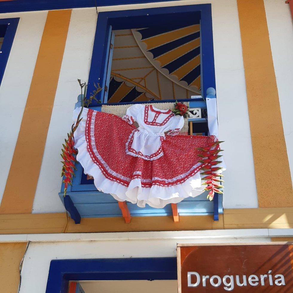 El tradicional vestuario de la chapolera en los balcones de Filandia