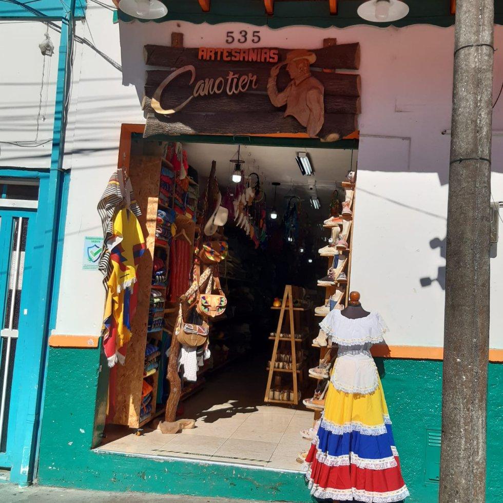 Los locales comerciales también aprovechan la fiesta patria