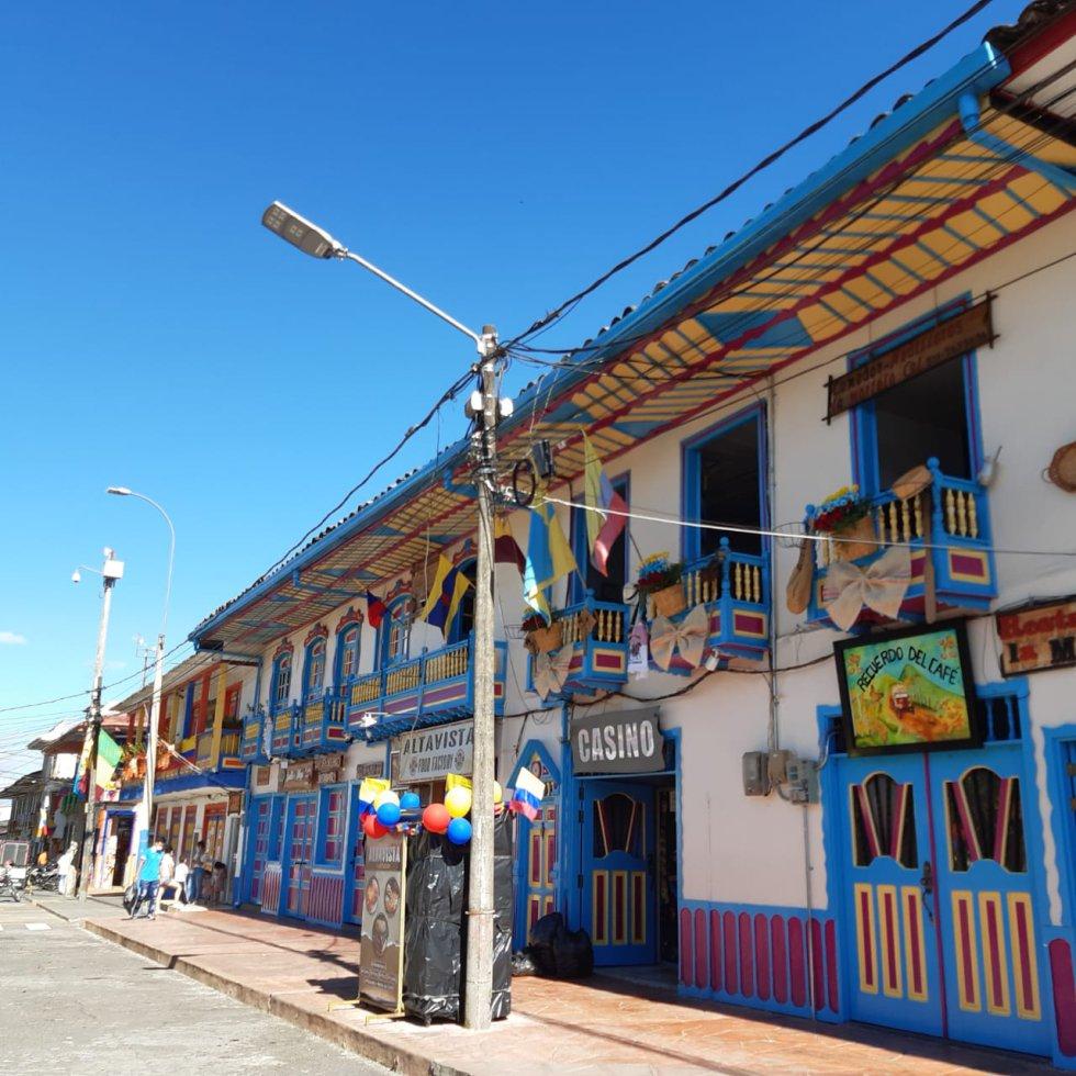 Hermoso paisaje con los tradicionales balcones de Filandia y la fiesta patria