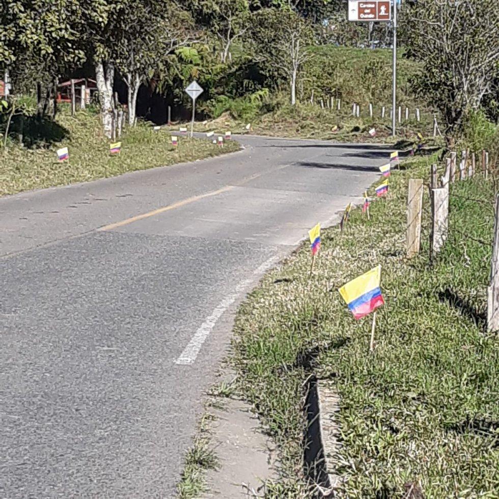 La vía principal de ingreso a Filandia adornada con la bandera de Colombia