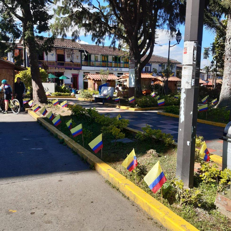 El parque principal de Filandia, con la bandera de Colombia