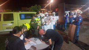 Autoridades y organismos de socorro entregando ayudas a damnificados por incendio