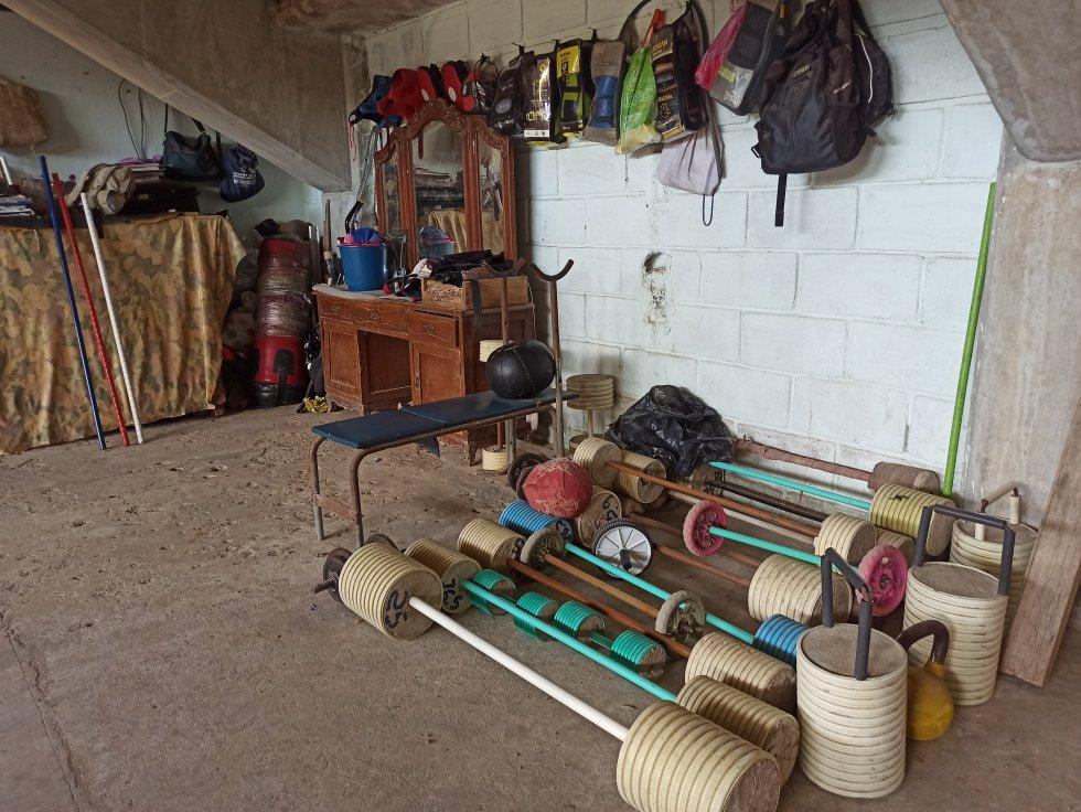 Implementos elaborados manualmente en el gimnasio de boxeo