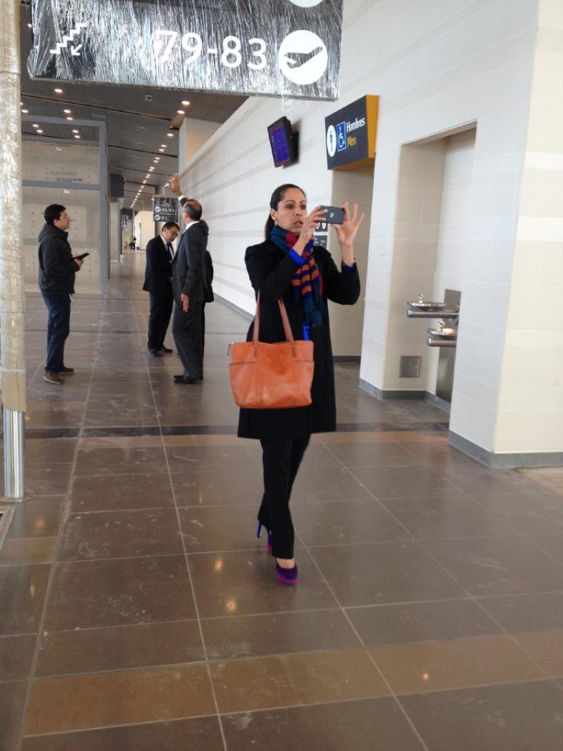 Erika Fontalvo, en su labor de reportera por el nuevo muelle nacional. Foto: Caracol Radio.