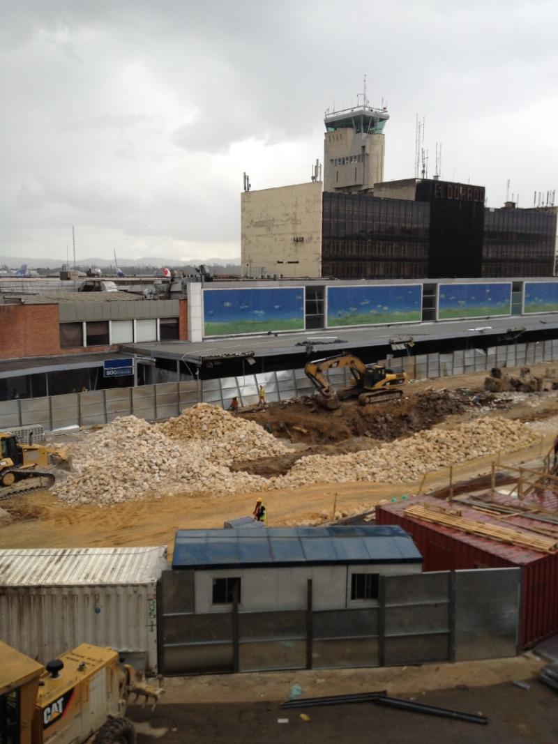 El viejo aeropuerto, diminuto, se mantiene con su torre operando tras el muelle nacional. Foto: Caracol Radio.