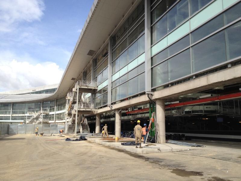 Nos acercamos a las entrañas del aeropuerto, donde está el tráfico de maletas. Foto: Caracol Radio.