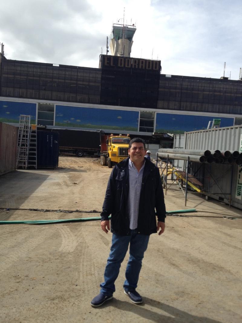 Gustavo Gómez y la vieja torre de control. En poco tiempo, ese edifico viejo será demolido. Foto: Caracol Radio.