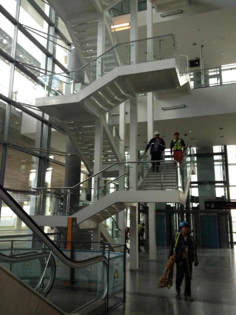 Escaleras eléctricas y normales para subir hasta el tercer piso, a la plazoleta de alimentos. Foto: Caracol Radio.
