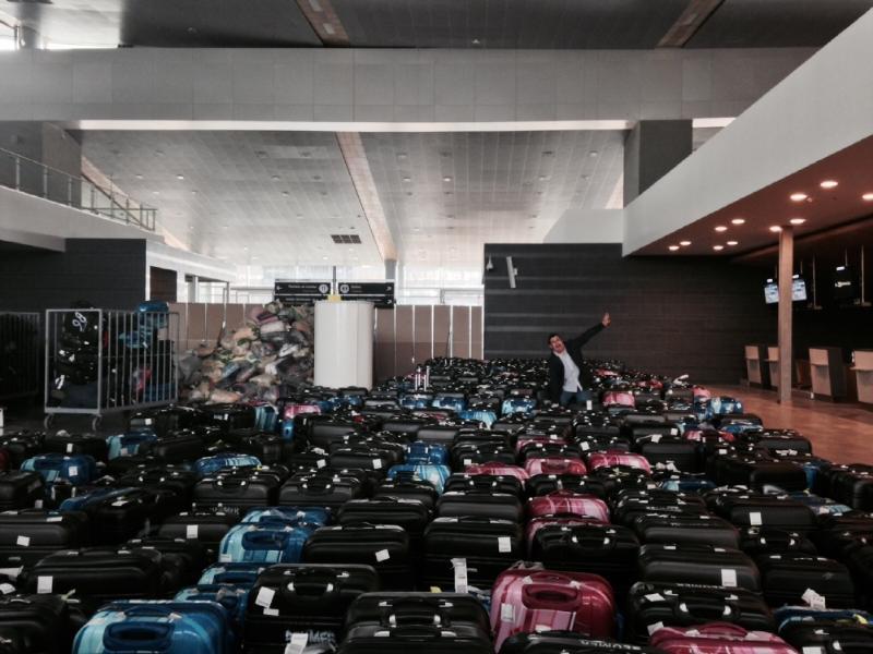 No es congestión: son 10 mil maletas con las que se hacen las pruebas de operación. Foto: Caracol Radio.