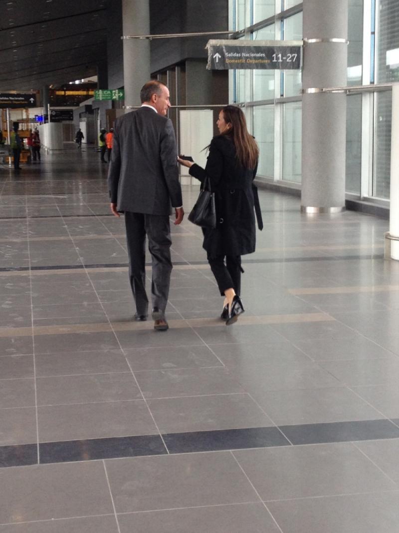 Darcy Quinn, de 6AM Hoy por Hoy, con un directivo de la nueva terminal. Foto: Caracol Radio.
