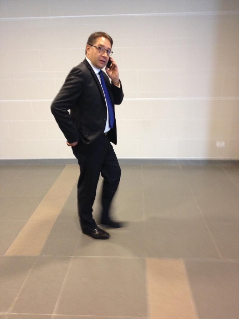 Fernando Quijano  recorre el aeropuerto. @larepublica_co. Foto: Caracol Radio.
