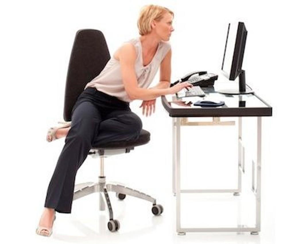 Las contorsiones en el momento de sentarse, pueden ocasionar dolores en su columna.