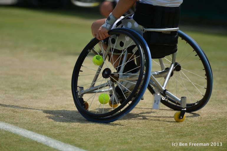RuedasRuedasUna Silla En De Tenis Alternativa yIv6Ybf7g