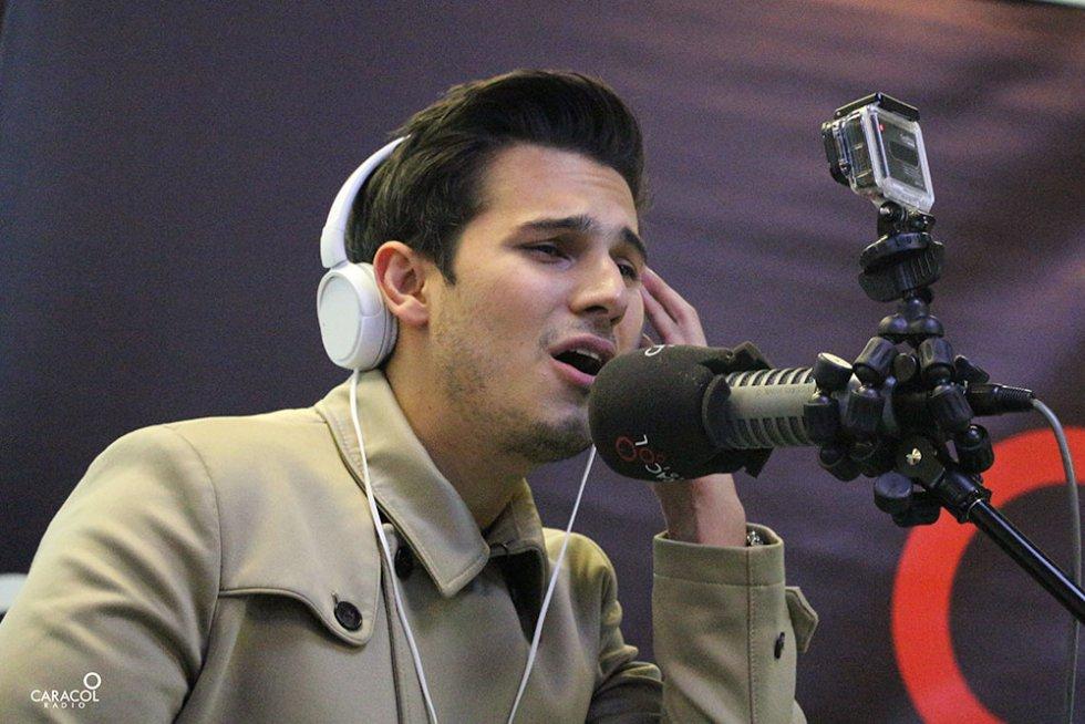 Pipe Bueno quiso ser Chayanne por un día en el estudio de Caracol Radio.