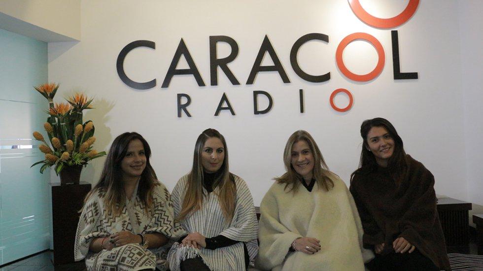 Camila Cruz, productora de Dos y Punto; Uschi Levy, Diana Montoya y Laura, nuestra practicante... todas lucieron muy orgullosas una ruana durante el programa.