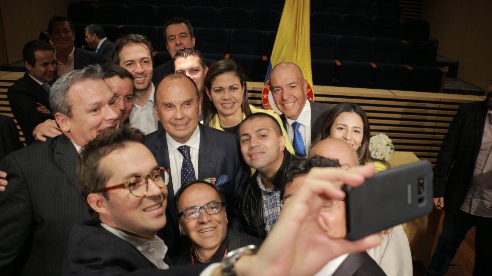 Una selfie: Hernán Peláez rodeado por algunos integrantes del elenco de La Luciérnaga, y el viceministro TIC, Juan Sebastián Rozo.