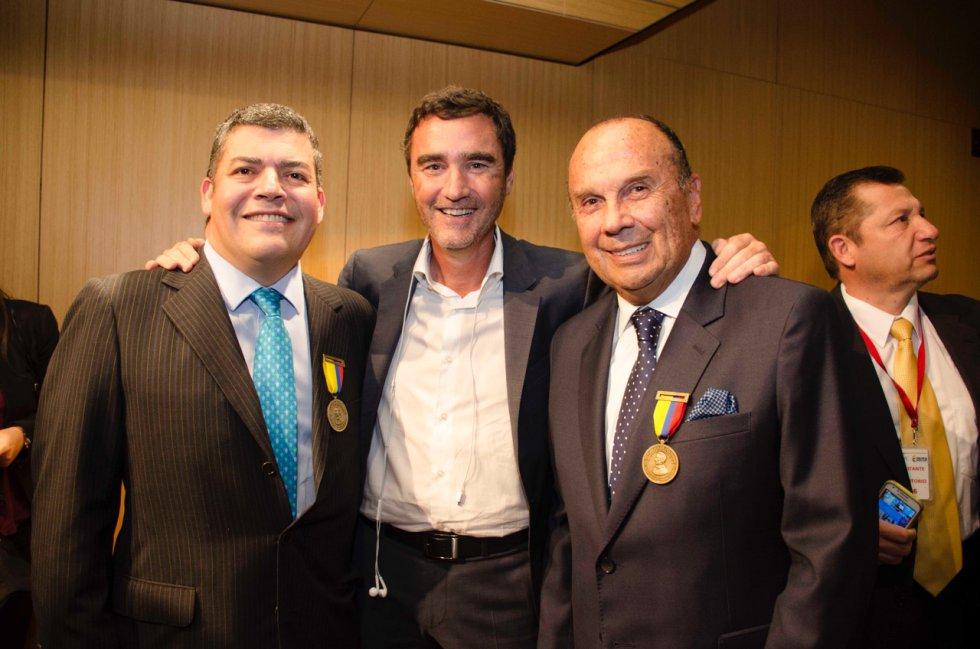 Gustavo Gómez y Hernán Peláez, director actual y emérito de La Luciérnaga, acompañados de Jon Ruiz, gerente de Caracol Radio (centro).