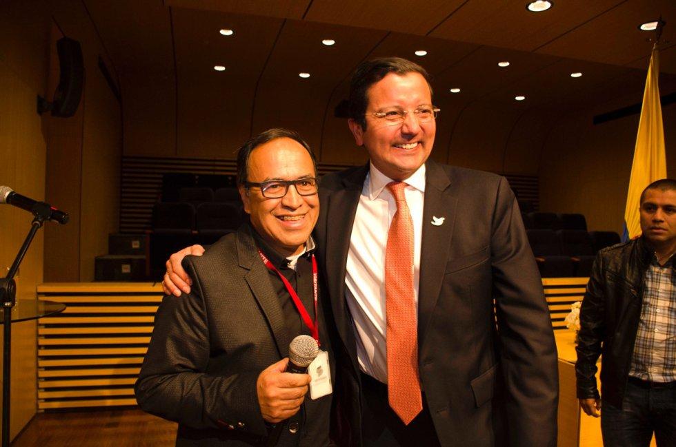 El ministro David Luna acompañado de Fabio Daza, quien lo imita en La Luciérnaga.