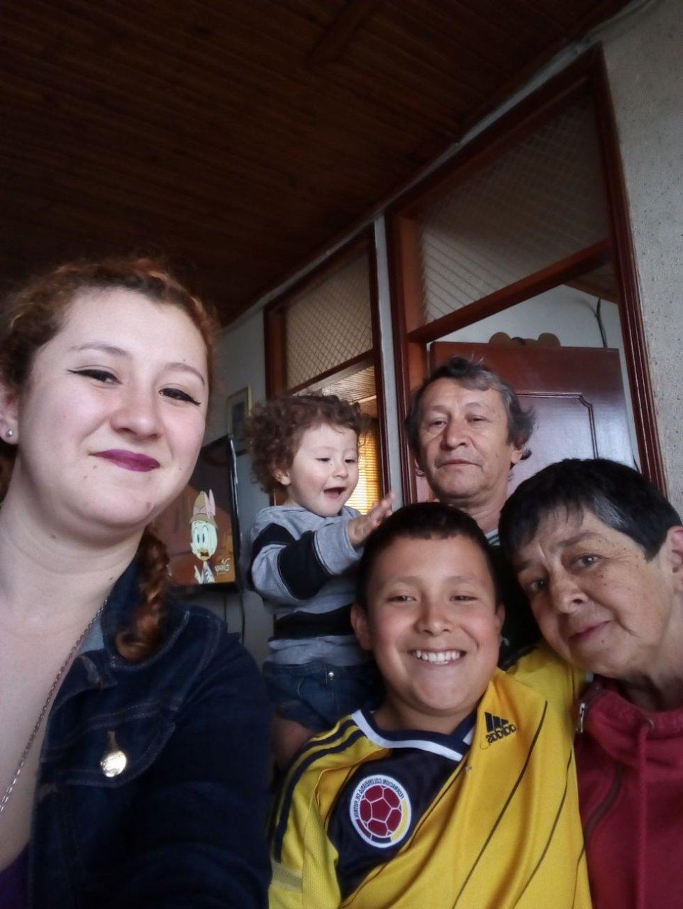 @dosypuntoradio abuela esposo hija nietos feliz día para todas las madres del mundo y las caracoleras