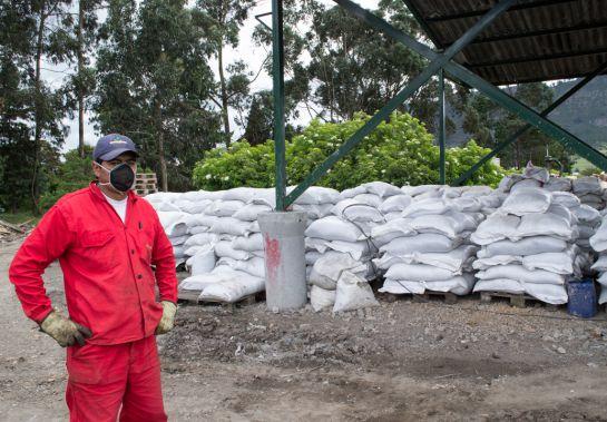 Compost en bultos, producto del programa ambiental de Sodexo