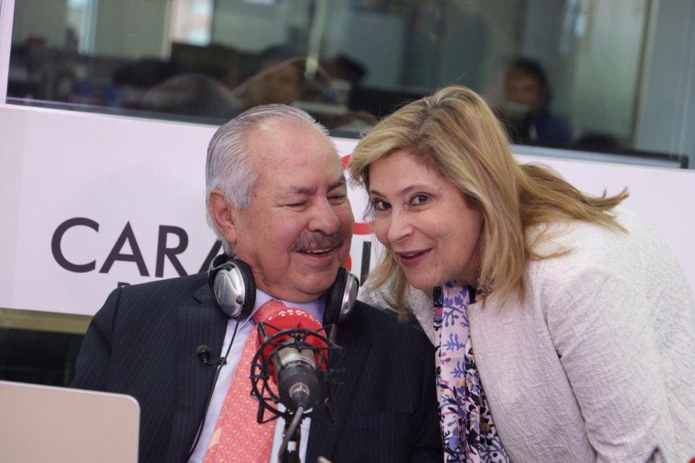 Un hombre feliz junto a su esposa