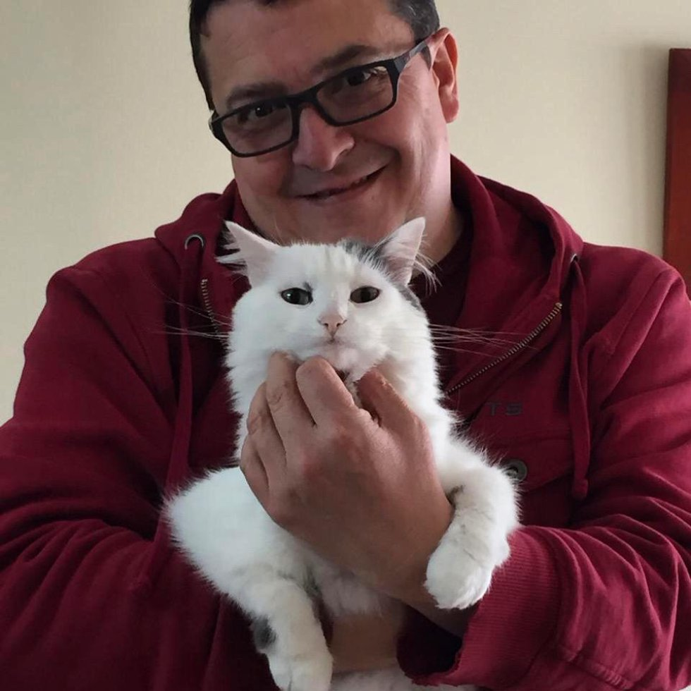Este amigo gatuno también hace parte de la galería de Caracol Radio. 'Motas' posa junto a Carlos Castro, jefe del área de Gestión de Contenidos