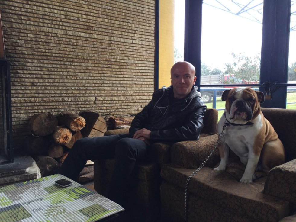 Fidel Franco, editor de Caracol Radio y director de 'Planeta Caracol' junto a Jim Morrison, un Bulldog Inglés.