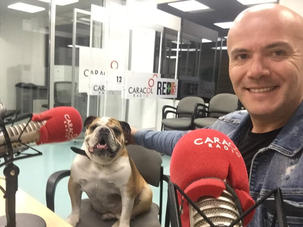 Es hora de las noticias en Caracol Radio con Fidel Franco y 'Jim Morrison'