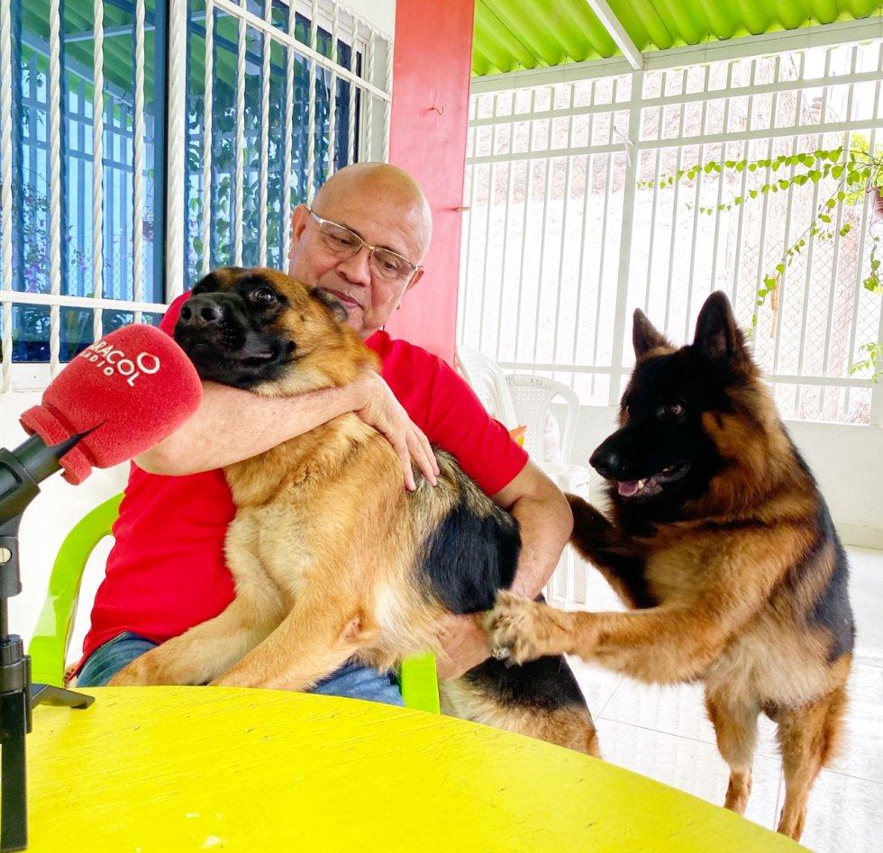 'Oso' y 'Osa' son la compañía perfecta mientras trabaja en casa   Victor Polo Rodríguez , Periodista Radio Galeón Caracol / Santa Marta
