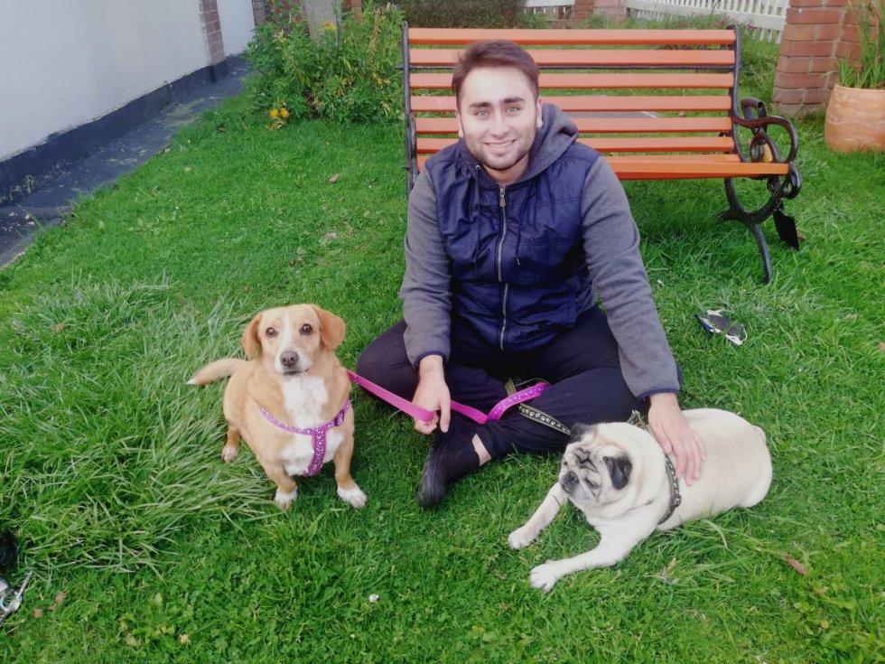 ¡Hora de pasear!  Juan Manuel Acosta, Periodista Digital de Caracol Radio junto a 'Faby' y Simón.